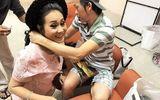 Hoài Linh tặng vòng cổ trầm hương giá chục triệu cho nghệ sĩ Thanh Hằng