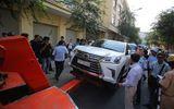 Cẩu xe Lexus lấn chiếm vỉa hè ở Sài Gòn