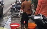 Phát hoảng clip rửa lòng lợn bằng chân tại quán ăn ở phố cổ Hà Nội