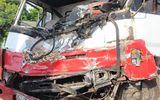Xe tải nát đầu sau tai nạn liên hoàn, tài xế mắc kẹt trong cabin