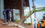 Ông Đoàn Ngọc Hải kiên quyết đập thềm tòa nhà công ty Nhà nước trên phố đi bộ
