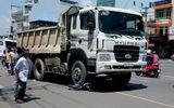 Xe tải kéo lê xe máy hơn 10m, 1 người nguy kịch