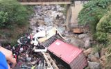 Container và ô tô bay xuống suối, 4 người bị thương nặng