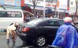 Xe biển xanh tông xe máy, 1 phụ nữ nguy kịch