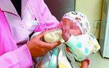 Cha mẹ cãi nhau bỏ rơi con 6 tháng tuổi bên đường