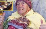 Cụ ông 91 tuổi vừa chống ung thư vừa đan 8000 chiếc mũ cho người vô gia cư