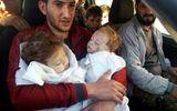 Đau lòng cảnh ông bố ôm xác 2 con sinh đôi sau vụ tấn công hóa học ở Syria