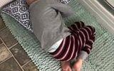 Để gần mẹ phút cuối đời, cậu bé ung thư nằm trên thảm chùi chân chờ mẹ tắm