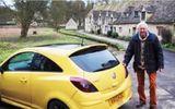 100 chiếc xe hơi màu vàng lái vào ngôi làng xinh đẹp để bênh vực ông lão 84 tuổi