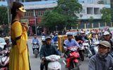 Bật cười với chiến dịch quảng cáo thuê các cô gái đeo mặt nạ đứng bất động 4 tiếng trên đường phố