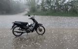 Trận mưa đá kéo dài 15 phút bất ngờ trút xuống Hà Nội