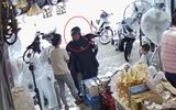 Trích xuất camera truy tìm người đàn ông mặc áo mưa trộm ví người mua hàng
