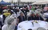 Đám cưới có 1-0-2: Khách trùm áo mưa, cầm ô ngồi ngoài trời ăn tiệc