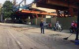 Phát hoảng với ống tuýp sắt dài 3m rơi từ công trình đường sắt trên cao