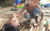Xúc động hình ảnh bé trai 12 tuổi mồ côi một mình chăm sóc anh trai tật nguyền và bài học ý nghĩa
