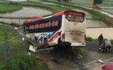 Xe khách mất lái đâm qua tôn lượn sóng ven đường, 13 người bị thương