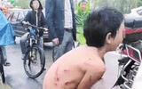 Phẫn nộ cảnh cậu bé bị bố lột đồ, trói bằng dây thừng kéo sau xe máy