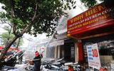 Cảnh sát chặn đường để chữa cháy hai căn nhà 3 tầng ở trung tâm TP Vinh
