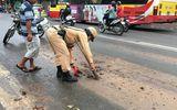 Hình ảnh đẹp về CSGT dọn bùn đất trên đường