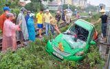 Tàu hỏa va chạm taxi, tài xế nguy kịch