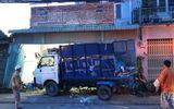 Xe container húc văng xe rác vào nhà dân, 2 người bị thương