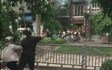 Hà Nội: Cán bộ tự quản ném cân của người bán hàng rong xuống sông Tô Lịch