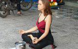 Cô gái ngoại quốc xinh đẹp ngồi thiền trên vỉa hè để xin tiền ở Phú Quốc