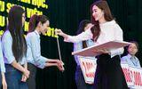 Hoa hậu Đặng Thu Thảo về trường cũ trao học bổng cho sinh viên vượt khó