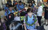 Hàng trăm người chào đón đội tuyển bóng đá nữ Việt Nam về nước