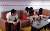 Bắt quả tang nhiều 'chân dài' ăn mặc sexy tiếp khách tại quán karaoke
