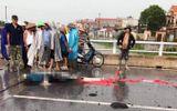 Một phụ nữ bị sét đánh chết khi đi qua cầu