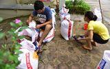 """Hà Nội: Người dân """"đắp đê"""" chống nước ngập vào nhà"""