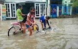 Đường Sài Gòn biến thành sông, người lớn vật lộn di chuyển, trẻ em vui đùa