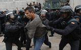 Cảnh sát Tây Ban Nha đụng độ người bỏ phiếu ở Catalonia, 337 người bị thương