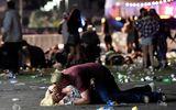 Khoảnh khắc kinh hoàng trong vụ xả súng tại Las Vegas qua tấm hình của phóng viên