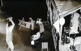 Camera ghi hình nhóm côn đồ truy sát người đàn ông 56 tuổi ở Sài Gòn
