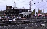 Cố vượt đèn đỏ, xe buýt bị tàu hỏa đâm 'xé rời', ít nhất 16 người chết