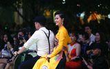 """Đông Nhi ngồi xe máy trên phố đi bộ trình diễn nhạc phim """"Cô Ba Sài Gòn"""""""