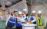 """Robot """"khủng"""" nặng 300 tấn hoàn thành hầm metro sớm một tháng"""