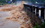 Đang khơi thông dòng chảy, nữ công nhân bị nước lũ cuốn mất tích