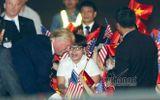 Cậu bé 11 tuổi bất ngờ được Tổng thống Mỹ Donald Trump tặng hoa