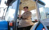 Ông Kim Jong-un vui vẻ lái thử máy kéo