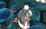 """Bác sỹ Mỹ có """"bàn tay vàng"""" phẫu thuật thành công khối u quái khủng trên mặt bệnh nhân Việt"""