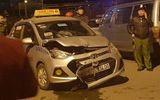 Hà Nội: Xe máy nát bét đầu sau va chạm với taxi, một người thiệt mạng
