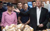 Tổng thống Trump cùng phu nhân phát đồ ăn cho lính Mỹ