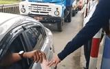 Nhiều tài xế dùng tiền lẻ qua trạm thu phí BOT Ninh An