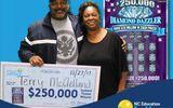 Trúng số 250.000 USD, đôi vợ chồng mang hết đi làm từ thiện