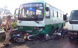 Xe buýt cuốn 6 xe máy vào gầm khi đổ dốc cầu Bình Điền