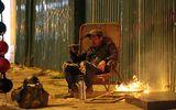 Trời rét, người dân Hà Nội quây quần đốt củi sưởi ấm ngay ven đường