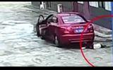 Clip sốc: Bố chết lặng khi vô tình lái xe cán qua con gái 9 tuổi